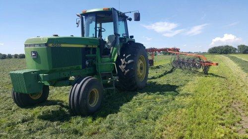 John Deere 4560 bezig met gras harken.. Geplaatst door Henk 1120 op 29-07-2016 om 21:46:45, op TractorFan.nl - de nummer 1 tractor foto website.