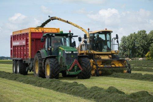 Folkertsma Ginnum aan het gras hakselen met hun New Holland FX48 en hun John Deere 7210R met Schuitemaker Rapide 660.  Meer foto's zijn te bekijken op: http://www.trekkerfotografie.nl
