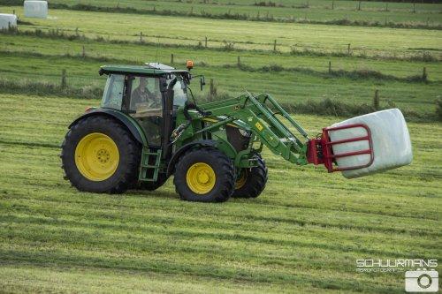 Foto van een John Deere 6090RC  van Mts Beijaard (Buren Ameland) ×.. Geplaatst door Redmerr op 01-08-2016 om 17:22:05, op TractorFan.nl - de nummer 1 tractor foto website.