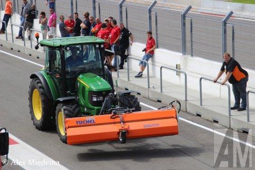 Foto van een John Deere 5100R met Tuchel bezem. Deze ruimde de troep van de caravanracers op voor de echte racetrucks van start gingen op het Truckstar Festival. De trucks van daar vind je natuurlijk op http://www.truckfan.nl/onderwerp/event547/#pictures