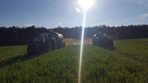Foto van een John Deere 7230R en Claas Axion 810. Geplaatst door Biemans op 01-08-2016 om 23:03:48, op TractorFan.nl - de nummer 1 tractor foto website.