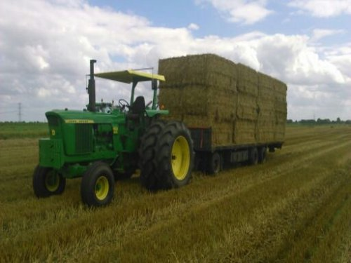 John Deere 4620 bezig met stro rijden. Geplaatst door gerbenjd6520 op 11-08-2016 om 10:20:12, op TractorFan.nl - de nummer 1 tractor foto website.