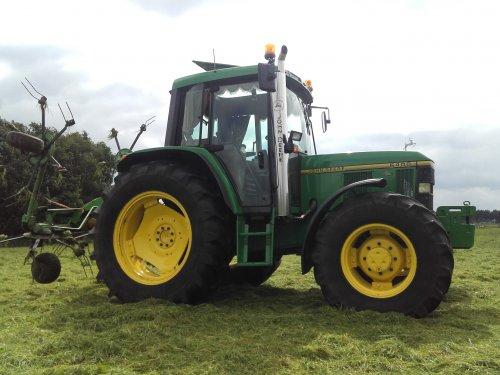 Foto van een John Deere 6400  stukje schudden. Geplaatst door johndeere6910forever op 13-08-2016 om 15:15:12, op TractorFan.nl - de nummer 1 tractor foto website.