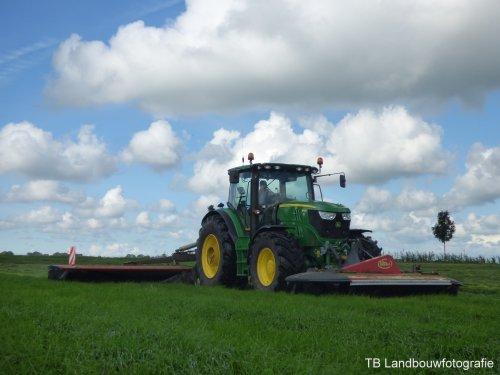 Melkvee- & Loonbedrijf van Ittersum uit Giethoorn aan het maaien met een John Deere 6150R en vicon maaiers!  Meer? --> [url=https://www.facebook.com/TBLandbouwfotografie/] TB Landbouwfotografie [/url]