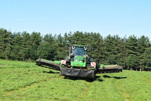 loon&grondwerken Geert Aerts ging zijn hertje nog eens laten maaien een john deere 7930 en john deere triple maaier