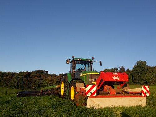 Gras maaien in het ochtend zonnetje.  7 uur begonnen met maaien van 20 hectare en 4 uur was alles in de kuil.