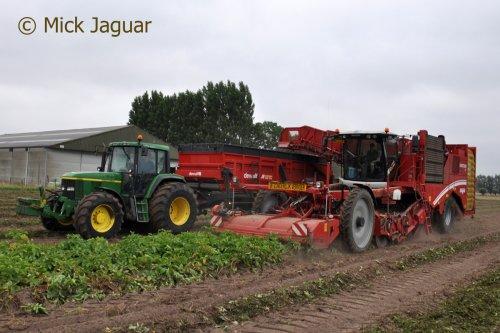 John Deere 6910  met Dewulf hooglosser en Grimme Varitron 470. Loonbedrijf Van Hal uit Eede (NL). Geplaatst door Mick Jaguar op 28-08-2016 om 14:02:07, op TractorFan.nl - de nummer 1 tractor foto website.