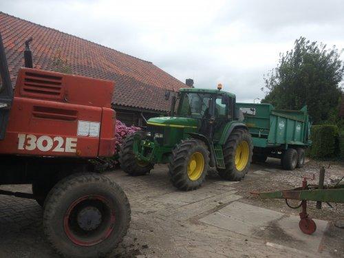 Foto van een John Deere 6910  en onze ouwe atlas. Geplaatst door mauser op 29-08-2016 om 08:51:24, op TractorFan.nl - de nummer 1 tractor foto website.
