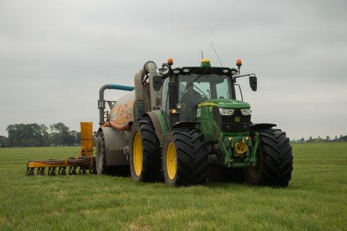 Mechielsen Oldehove aan het grasland bemesten met hun John Deere 6150R met Veenhuis mesttank en achter de tank een Agrometer bemester.  Meer foto's zijn te bekijken op: http://www.trekkerfotografie.nl