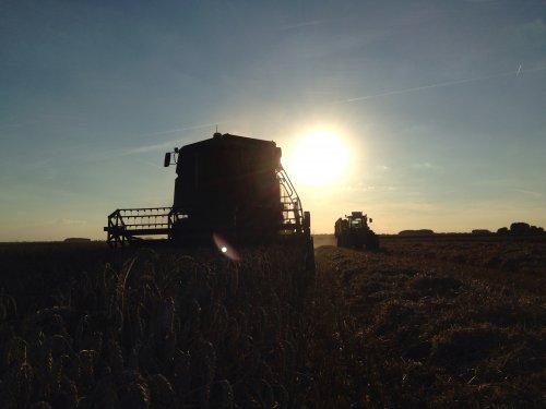 Landbouwbedrijf Bodemtrouw (Dussen) aan combinen op de foto een John Deere 2258  met ford 8210 op achtergrond.