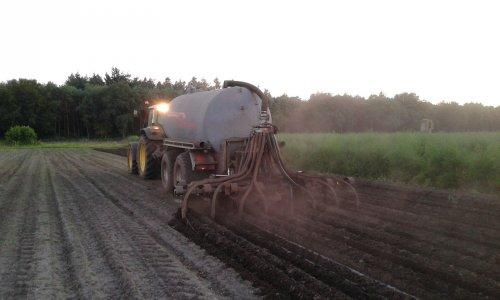 Foto van een John Deere 7530 Premium aan het bouwland injecteren. Geplaatst door johndeere6210Rfan op 08-09-2016 om 11:37:46, op TractorFan.nl - de nummer 1 tractor foto website.