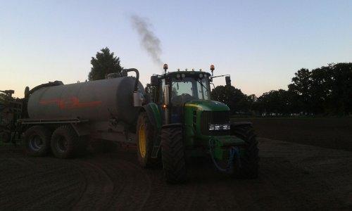 Foto van een John Deere 7530 Premium aan het bouwland injecteren. Geplaatst door johndeere6210Rfan op 08-09-2016 om 11:37:47, op TractorFan.nl - de nummer 1 tractor foto website.