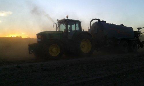 Foto van een John Deere 7530 Premium aan het bouwland injecteren. Geplaatst door johndeere6210Rfan op 08-09-2016 om 11:37:48, op TractorFan.nl - de nummer 1 tractor foto website.