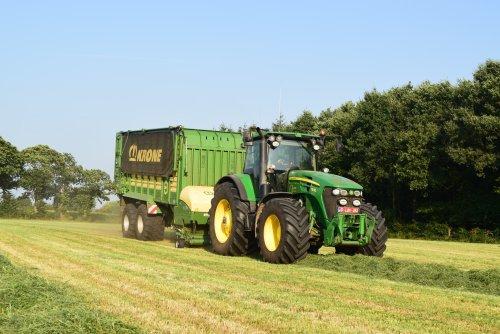 loonwerken Geert Aerts aan het gras oprapen. Geplaatst door jd7920 op 10-09-2016 om 20:21:57, op TractorFan.nl - de nummer 1 tractor foto website.