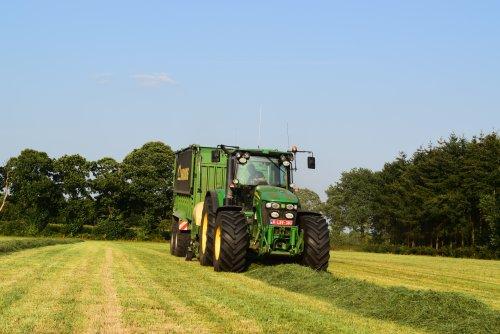 loonwerken Geert Aerts aan het gras oprapen. Geplaatst door jd7920 op 10-09-2016 om 20:22:01, op TractorFan.nl - de nummer 1 tractor foto website.