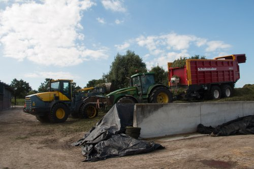 Henk de Graaf het gras inkuilen met hun John Deere 7820 met nieuwe Schuitemaker Rapide 7200. Op de bult stond hun Werklust WG 18E shovel.  Meer foto's zijn te bekijken op: http://www.trekkerfotografie.nl