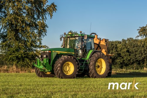 Foto van een John Deere 8100 met Veenhuis mesttank, bezig met mest uitrijden. Geplaatst door Markbersselaar op 20-09-2016 om 19:21:15, op TractorFan.nl - de nummer 1 tractor foto website.