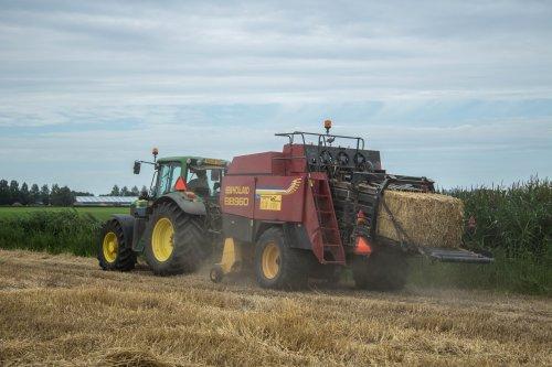 Loonbedrijf Hopmans aan het stro persen met een John Deere 6830 Premium. Geplaatst door LandbouwLeistra op 21-09-2016 om 21:04:42, op TractorFan.nl - de nummer 1 tractor foto website.