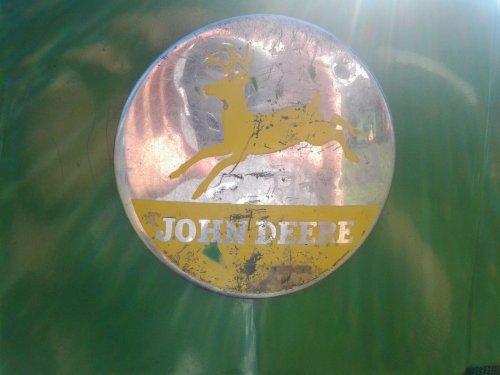 Foto van een John Deere Logo. Geplaatst door dobbe op 25-09-2016 om 21:33:19, op TractorFan.nl - de nummer 1 tractor foto website.