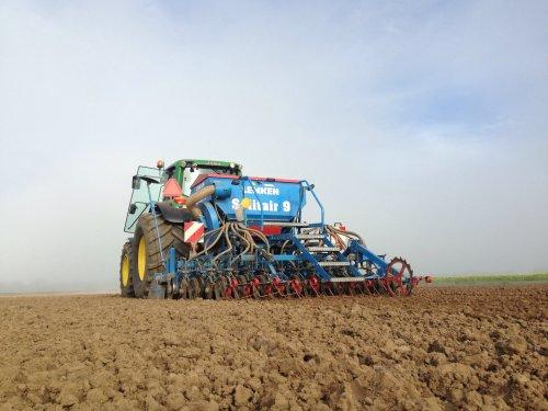 Verschoor en Oomen aan gras zaaien met een John Deere 6930 Premium .. Geplaatst door gerrit power op 12-10-2016 om 06:57:42, op TractorFan.nl - de nummer 1 tractor foto website.