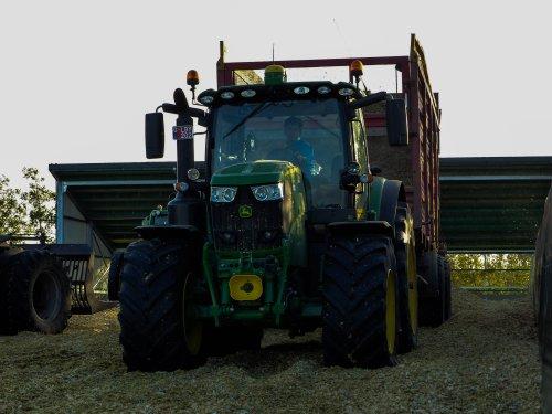 Foto van een John Deere 6215R. Geplaatst door NHfan97 op 16-10-2016 om 12:18:51, op TractorFan.nl - de nummer 1 tractor foto website.