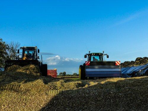 Foto van een John Deere 7530 Premium en een liebherr de kuil aan het vastrijden!. Geplaatst door NHfan97 op 16-10-2016 om 12:18:53, op TractorFan.nl - de nummer 1 tractor foto website.