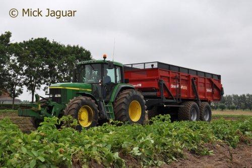 John Deere 6910 met Dewulf hooglosser, bezig met aardappels te rooien. Loonbedrijf Van Hal uit Eede (NL)  Filmpje? -> https://www.tractorfan.nl/movie/45838/