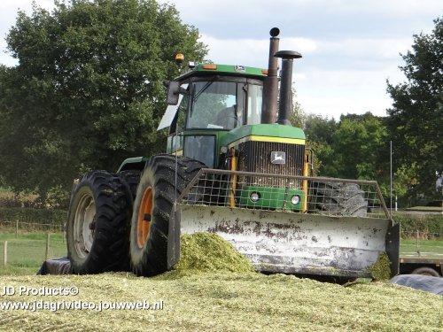 Foto van een John Deere 8640, Loonbedrijf Dorrestijn (Bevel) uit Amerongen aan het mais hakselen. ZIE OOK DE VIDEO  https://www.youtube.com/watch?v=_nrBc26E2js