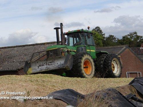 Foto van een John Deere 8640 , Loonbedrijf Dorrestijn (Bevel) uit Amerongen aan het mais hakselen. ZIE OOK DE VIDEO  https://www.youtube.com/watch?v=_nrBc26E2js