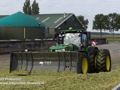 Foto van een John Deere 8320R , mais inkuilen bij Biogasbedrijf Kloosterman in Nieuweroord. ZIE OOK DE VIDEO  https://www.youtube.com/watch?v=Vp_mdM_KneQ