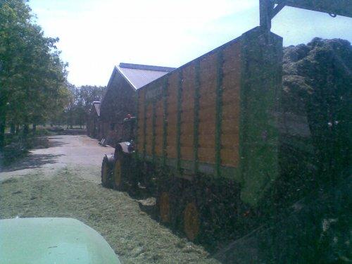 Foto van een Joskin Silagewagen, bezig met gras hakselen. Loonbedrijf dekker met de nieuwe wagens. Geplaatst door frankie11 op 22-05-2010 om 22:45:24, op TractorFan.nl - de nummer 1 tractor foto website.
