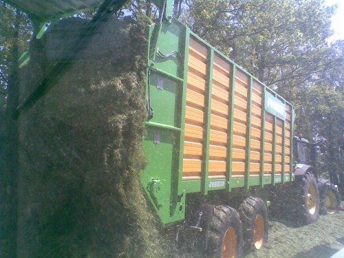 Foto van een Joskin Silagewagen, bezig met gras hakselen. Loonbedrijf dekker met de nieuwe wagens. Geplaatst door frankie11 op 22-05-2010 om 22:45:34, op TractorFan.nl - de nummer 1 tractor foto website.