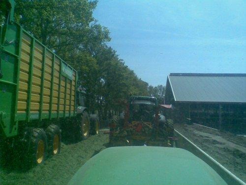 Foto van een Joskin Silagewagen, bezig met gras hakselen.Loonbedrijf dekker met de nieuwe wagens. Geplaatst door frankie11 op 22-05-2010 om 22:45:38, op TractorFan.nl - de nummer 1 tractor foto website.