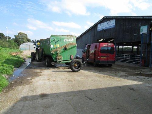 Foto van een Keenan Voermengwagen, bezig met voeren.. Geplaatst door Husqvarna op 19-09-2014 om 21:23:21, op TractorFan.nl - de nummer 1 tractor foto website.