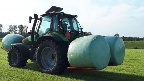 Foto van een kemp  dubbele balenklem /drager. Geplaatst door Wouterdeutz op 05-06-2019 om 11:19:52, op TractorFan.nl - de nummer 1 tractor foto website.