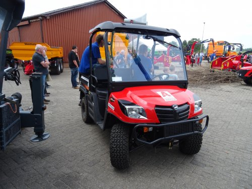 Foto van een KIOTI MEC2210, opgebouwd als open laadbak. Open dag Hissink Oeken. Geplaatst door dickt op 15-06-2018 om 16:25:01, op TractorFan.nl - de nummer 1 tractor foto website.