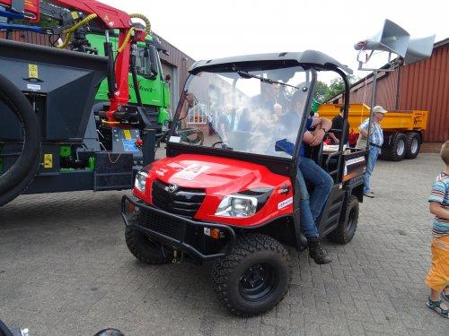 Foto van een KIOTI MEC2210, opgebouwd als open laadbak. Open dag Hissink Oeken. Geplaatst door dickt op 15-06-2018 om 16:25:08, op TractorFan.nl - de nummer 1 tractor foto website.