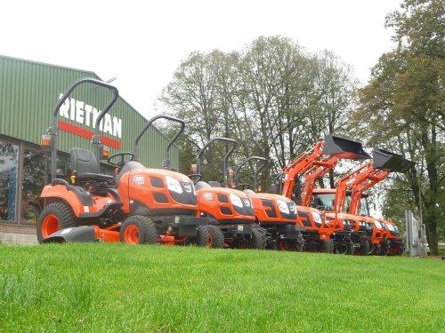 Rietman Mechanisatie (Hasselt)  met een voorraad nieuwe Kioti tractoren. Geplaatst door Rietman op 19-08-2018 om 21:32:37, op TractorFan.nl - de nummer 1 tractor foto website.