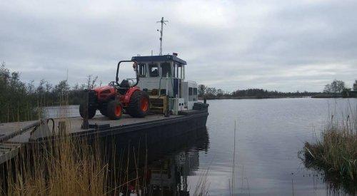 Een Kioti CK40 HST  op transport over de wateren van N W Overijssel. Geplaatst door Rietman op 04-10-2018 om 20:54:40, met 2 reacties.