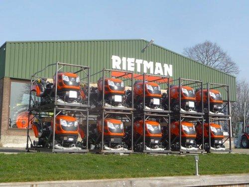 Even klaarmaken voor levering,  10 Kioti's compacttrekkers CS 2610 HST, 26pk diesel, (bijna) klaar voor sportieve klanten