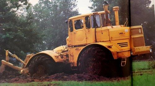 Foto van een Kirovets K 701 M uit de boerderij trekkertest van 1994 , vandaar de vouw in het midden. Probeer hem nog wel een keer volledig te scannen. Conclusie : Brute kracht voor in het veld  maar ondanks het gewicht kun je het niemand aandoen om hiermee een kuil aan te rijden i.v.m het langzame en stugge schakelen.
