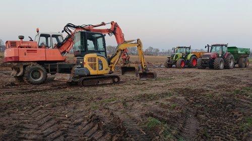 Foto van een Komatsu PC 30, Atlas 1302E, Claas Axion 810 met VGM kipper en Case MX 220 met kipper. Klaar om de bouwplaats voor de nieuwe schuur uit te graven.