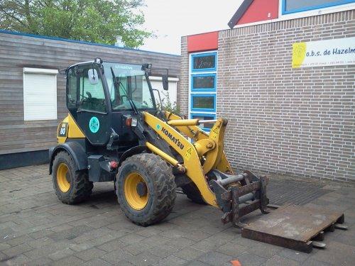 Foto van een Komatsu Shovel, bezig met poseren.  schoolplein uitbrekn in stolwijk. Geplaatst door -sjonnie- op 01-05-2012 om 20:24:37, op TractorFan.nl - de nummer 1 tractor foto website.