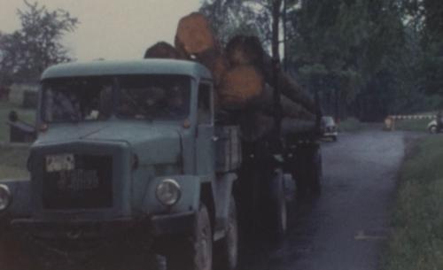 Foto van een Kramer onbekend/overig, waarschijnlijk een U540 of U800, bezig met boomstammen vervoeren.