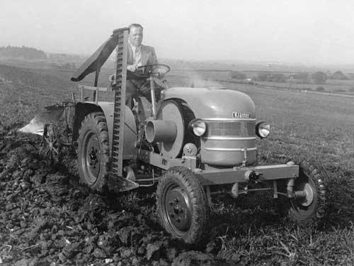 Een foto uit een ver verleden ; ploegen met een Kramer K12V (met Deutz motor met verdamper)  Trekker is van 1950, zo'n beetje de eerste serie van Kramer met motorkap.