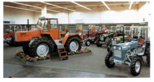 Kramer tractoren op een beurs in Duitsland, allicht begin 70er jaren. De Kramer 1214 Allrad was uniek om dat de trekker normaal bestuurbaar was, maar ook 4-wiel besturing en hondengang. De Deutz 6 cilnder motoren leverden 121 pk's.