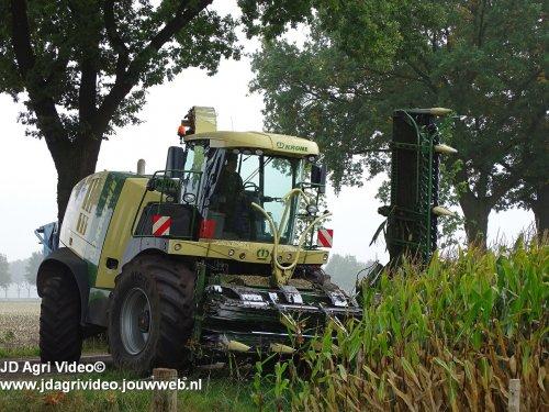 Foto van een Krone Big X 770, loonbedrijf Arts uit Stevensbeek aan het mais hakselen. ZIE OOK DE VIDEO  https://www.youtube.com/watch?v=Gp1rxJFK2II&t=2s
