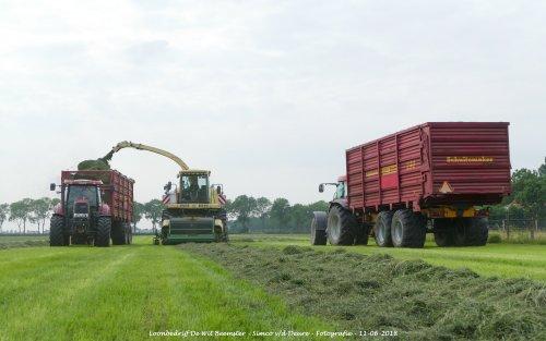 Krone Big X V8 van loonbedrijf de Wit Beemster gras aan het hakselen. Geplaatst door Simco vd Deure op 13-06-2018 om 11:30:59, op TractorFan.nl - de nummer 1 tractor foto website.