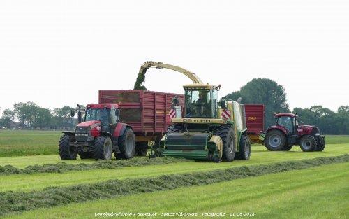 Krone Big X V8 van loonbedrijf de Wit Beemster gras aan het hakselen. Geplaatst door Simco vd Deure op 13-06-2018 om 11:31:12, op TractorFan.nl - de nummer 1 tractor foto website.