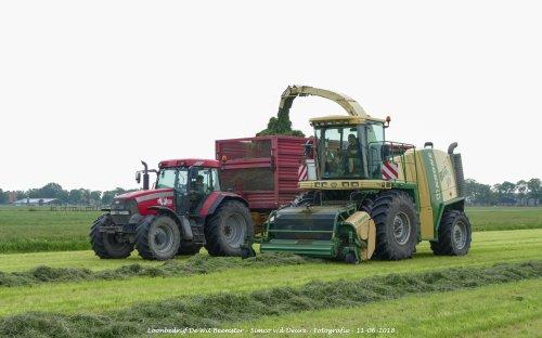 Krone Big X V8 van loonbedrijf de Wit Beemster gras aan het hakselen. Geplaatst door Simco vd Deure op 13-06-2018 om 11:31:15, op TractorFan.nl - de nummer 1 tractor foto website.